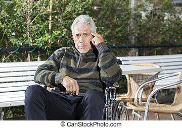 pensativo, macho sênior, paciente, sentando, em, cadeira rodas, em, gramado