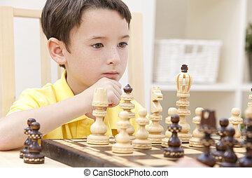 pensativo, menino jovem, xadrez jogando