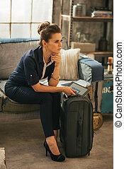 pensativo, mujer joven, con, equipaje, y, computadora...