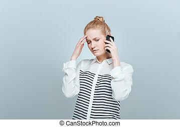 pensativo, mujer que habla teléfono