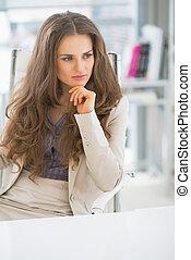 pensativo, mulher, escritório, negócio, sentando
