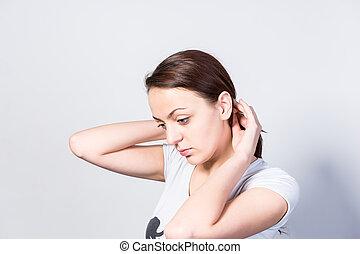 pensativo, mulher jovem, segurando, dela, cabelo