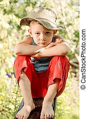 pensativo, niño joven, mirar fijamente, en, el, cámara