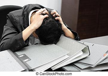 pensativo, o, estresante, hombre de negocios, en el trabajo