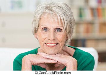 pensativo, pensionista, olhando câmera