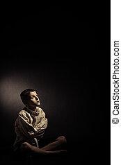 pensativo, só, menino sentando, em, um, isolado, sala