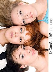 pensativo, tres mujeres