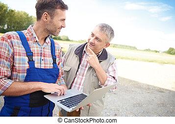 pensieroso, coltivatori, parlare, sopra, laptop