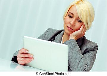 pensieroso, donna d'affari, presa a terra, tavoletta, computer, in, ufficio