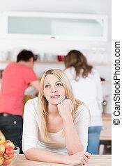 pensieroso, donna, giovane, cucina