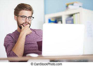 pensieroso, uomo, davanti, computer
