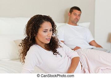 pensif femme lit elle assis femme elle lit suivant images de stock rechercher des. Black Bedroom Furniture Sets. Home Design Ideas