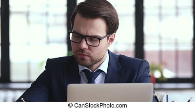 pensif, fonctionnement, homme affaires, problèmes, notes, confection, sérieux, ordinateur portable, résoudre