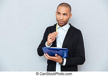 pensif, jeune, américain, presse-papiers, africaine, écriture, homme