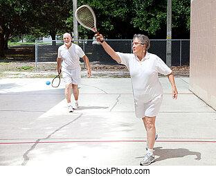 pensioentrekkeren, spelend, racquetball