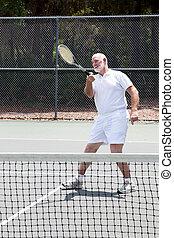 pensionato, uomo gioca tennis