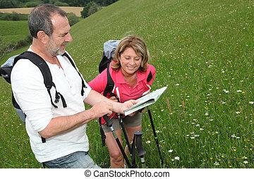 pensionerada folk, läsning, karta, på, trekking, dag