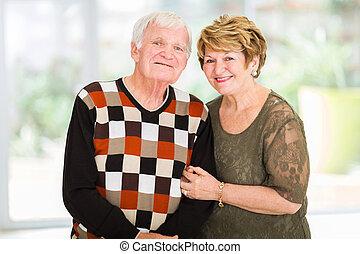 pensionerat, äldre koppla, stående