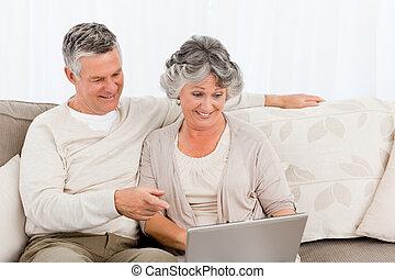 pensionerat, älskarna, tittande vid, deras, laptop