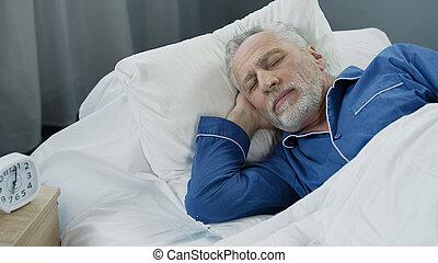 pensionerat, återvinnande, säng, sova, tid, närbild, hälsa, morgon, man