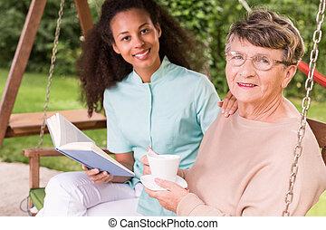 pensionerat, kvinna, spenderande, fritid