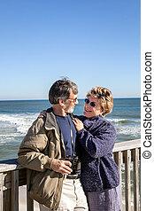 pensioneratt par, krama, på, fiskande pir, semester