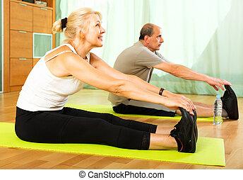 pensioners, gör, träningen, inomhus