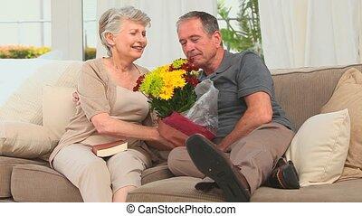 pensioniertes ehepaar, besitz, a, blumenstrauß