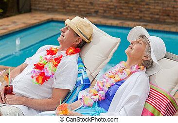 pensioniertes ehepaar, eingeschlafen, neben, der, schwimmbad