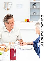 pensioniertes ehepaar, essende, kueche