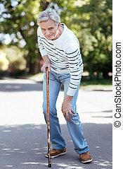 pensionista, ao ar livre, confundido, joelho, dor, sentimento
