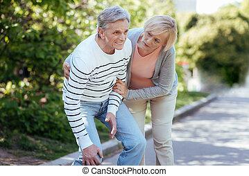 pensionista, dor, ao ar livre, cansado, aposentado, sentimento
