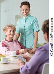 pensionistas, cartões, tocando