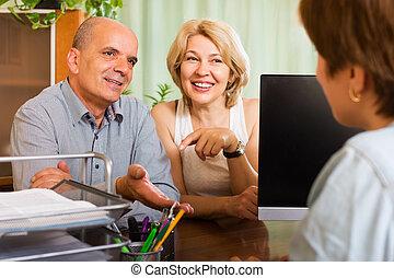 pensionistas, falando, gerente, feliz