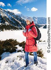 pente, montagne, femme, hiver, jeune, Promenade, Lac, prendre, (Grand,  almaty,  kazakhstan)