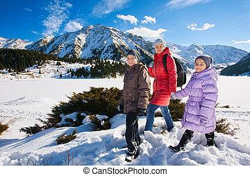 pente, montagne, hiver, famille, deux,  (mother, Promenade, Lac, prendre, (Grand,  almaty,  kazakhstan),  children)