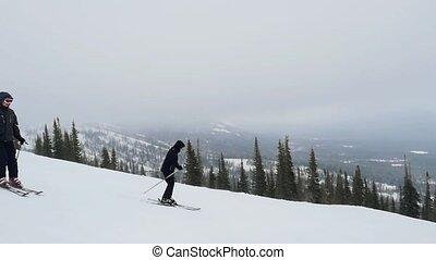 pente, montagnes, lent, motion., deux, recours, skieurs, ski, heureux