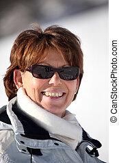 pente, ski, femme, lunettes soleil, mûrir