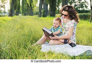 penteado, cacheados, tales, mãe, bebê, fada, leitura