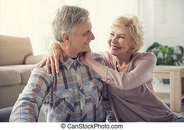 penzista, šťastný, láska, obout si, bezkoncovkový