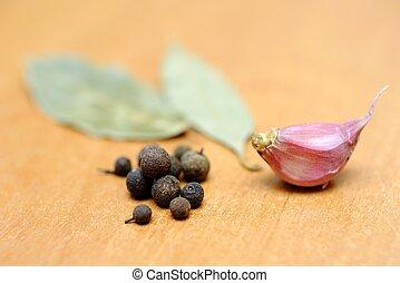Peppercorns, bay leaves and garlic
