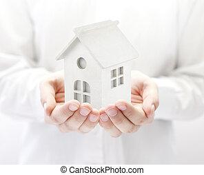 pequeño, blanco, casa de juguete, en, manos