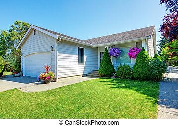 pequeño, casa blanca, con, flowers.