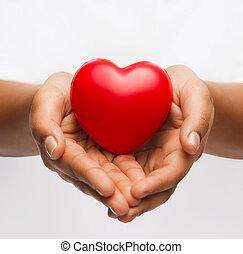 pequeño, corazón, rojo, hembra entrega