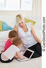 pequeño, familia , tener diversión, con, un, computador portatil