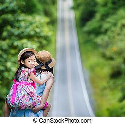 pequeño, feliz, niña, el gozar, un, cuestas paseo, en, el suyo, madres, espalda