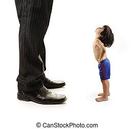 pequeño, hombre de negocios, adulto, niño pequeño, mirar, gigante, piernas