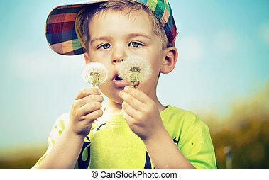 pequeño, lindo, niño, juego, blow-balls