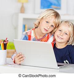 pequeño, niñas jóvenes, sonriente, y, utilizar, un, computador portatil