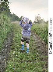 pequeño, niño, ambulante, en, el, sendero bosque